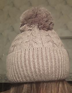 Шикарная теплая шапка цвет латте с бумбоном и отворотом, с флисом