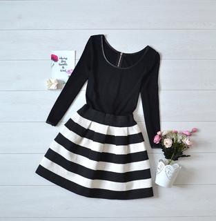 Красиве чорно-біле плаття з об'ємним низом.