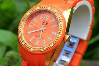 Наручные часы Q & Q Quarts оранжевые